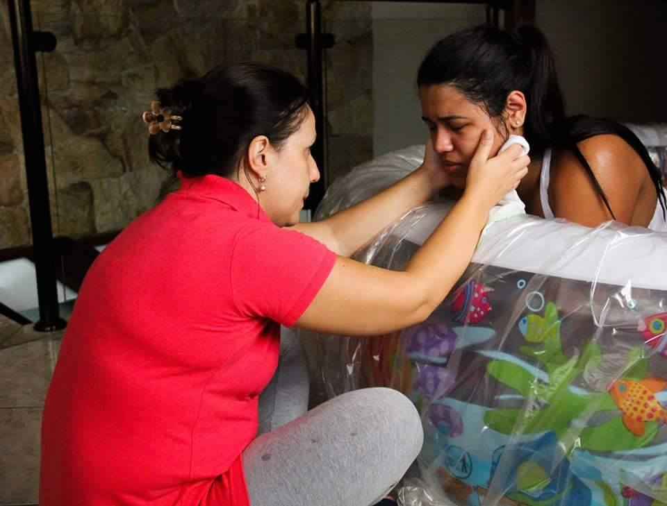 Doula Kátia com Roseli Oliveira que esolheu pelo parto domiciliar e o acompanhamento da doula  Credito_estúdio Imagético Fotografia