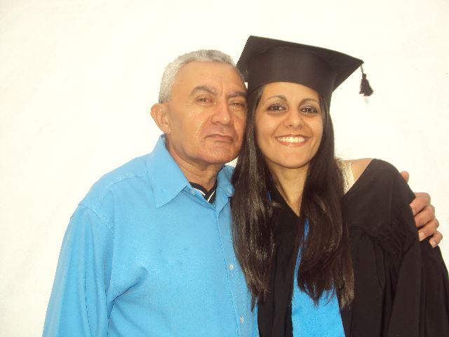 Aline Kátia Melo e seu pai Luiz no dia de sua formatura na universidade.