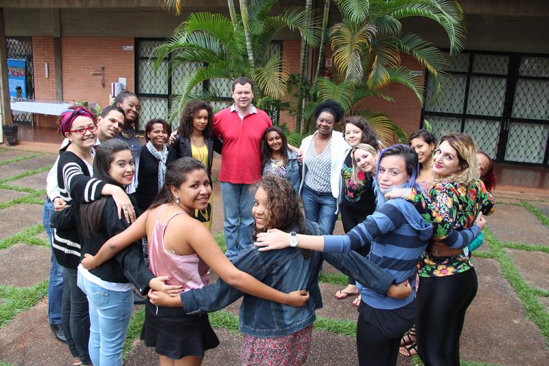 """Luiza junto com as meninas do projeto """"Essa é a minha vez"""" da Plan International."""