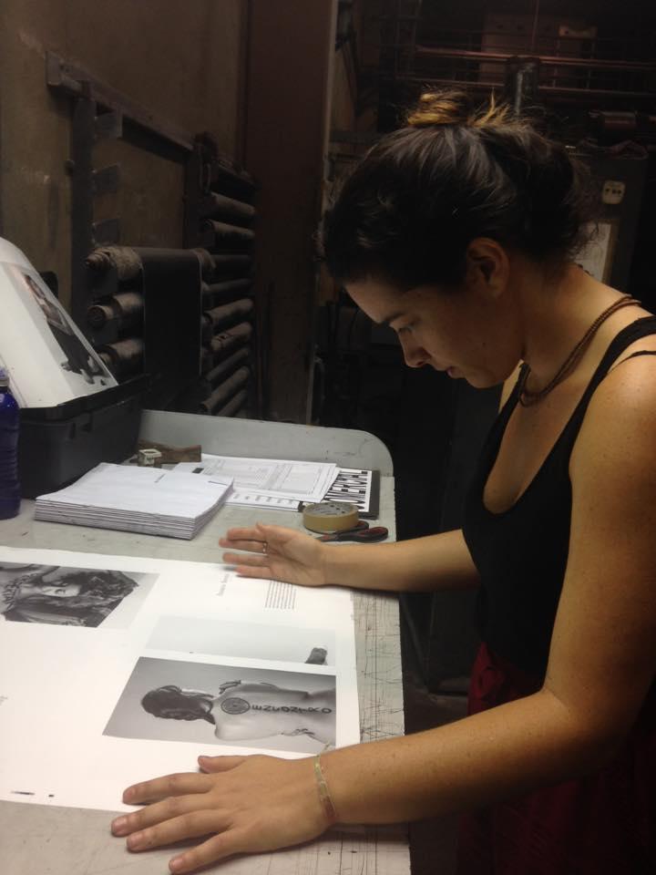 Maria Ribeiro, fotógrafa e idealizadora do projeto fazendo a revisão final