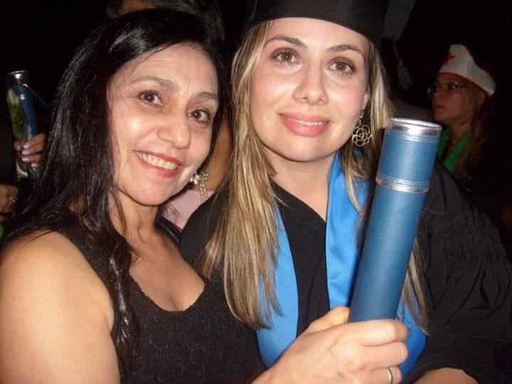 Priscila Gomes e sua mãe Cleuza Gomes na colação de grau de Priscila como jornalista em janeiro de 2012