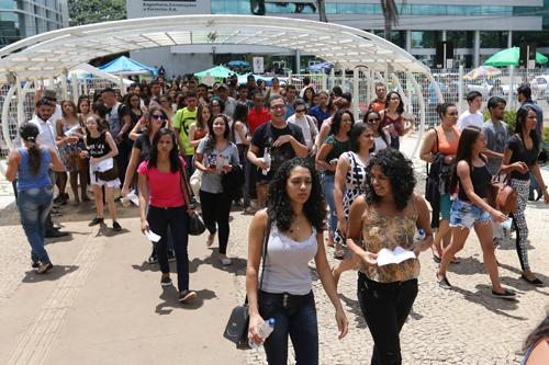 Estudantes chegam para as provas do Exame Nacional do Ensino Médio (Enem) 2016 em Brasília. (Fabio Rodrigues Pozzebom/Agência Brasil)