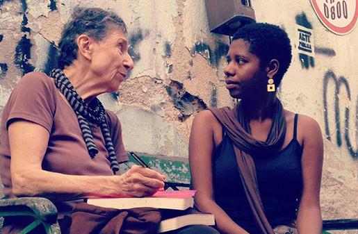 Silvia Federici autografando livros no evento de lançamento no Rio de Janeiro - crédito: Editora Elefante