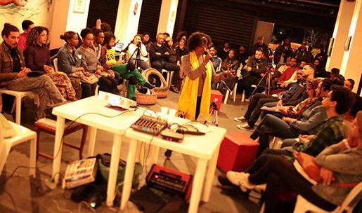 Miriam Alves na mesa  Racismo nas Artes/Cultura