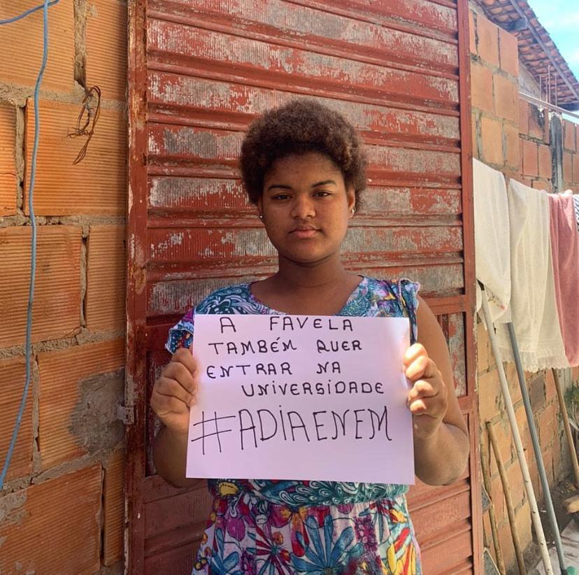 Jovem na campanha #AdiaEnem