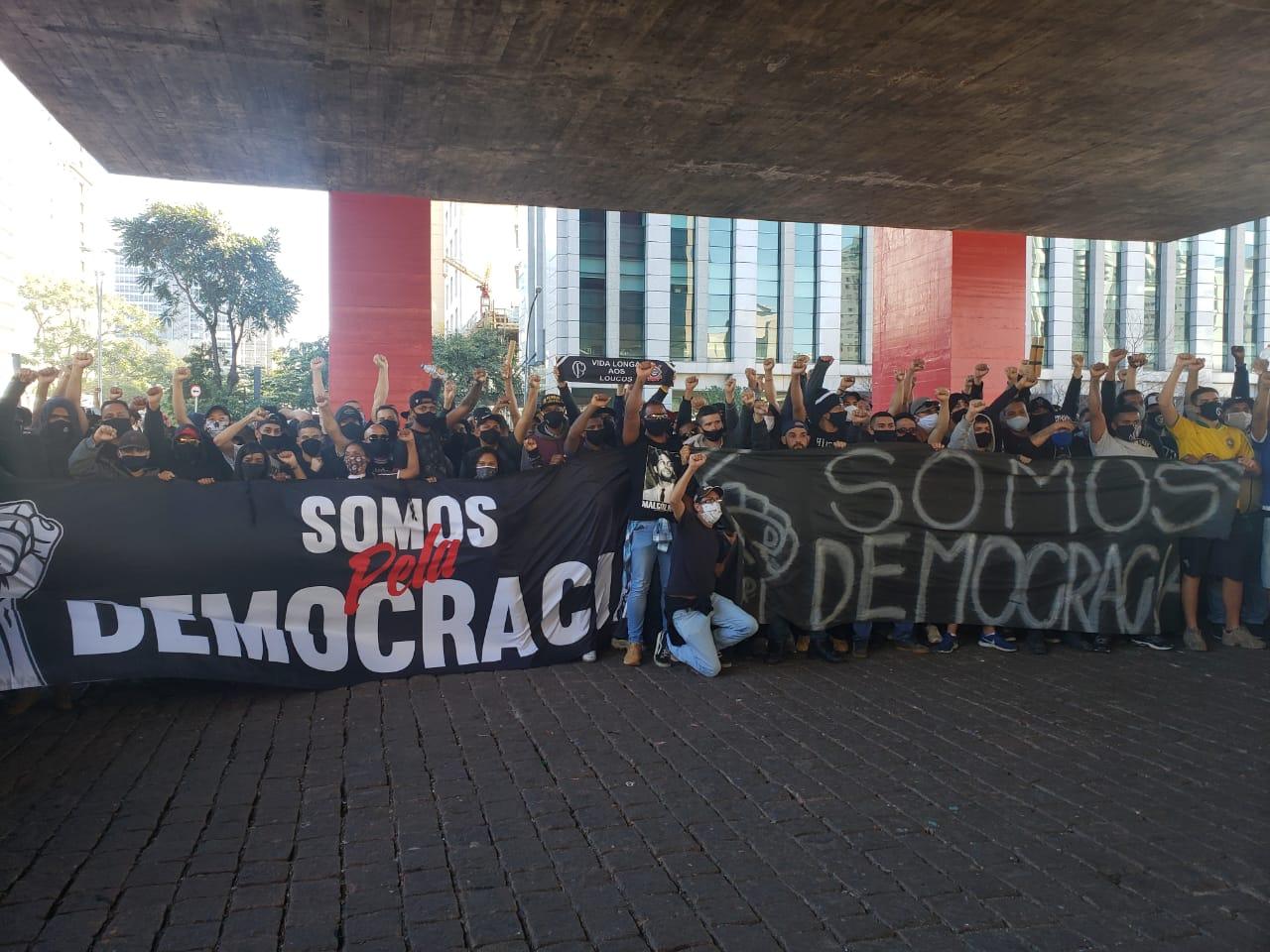 Ato reuniu centenas de pessoas na Av. Paulista (31) em prol de justiça e pela democracia