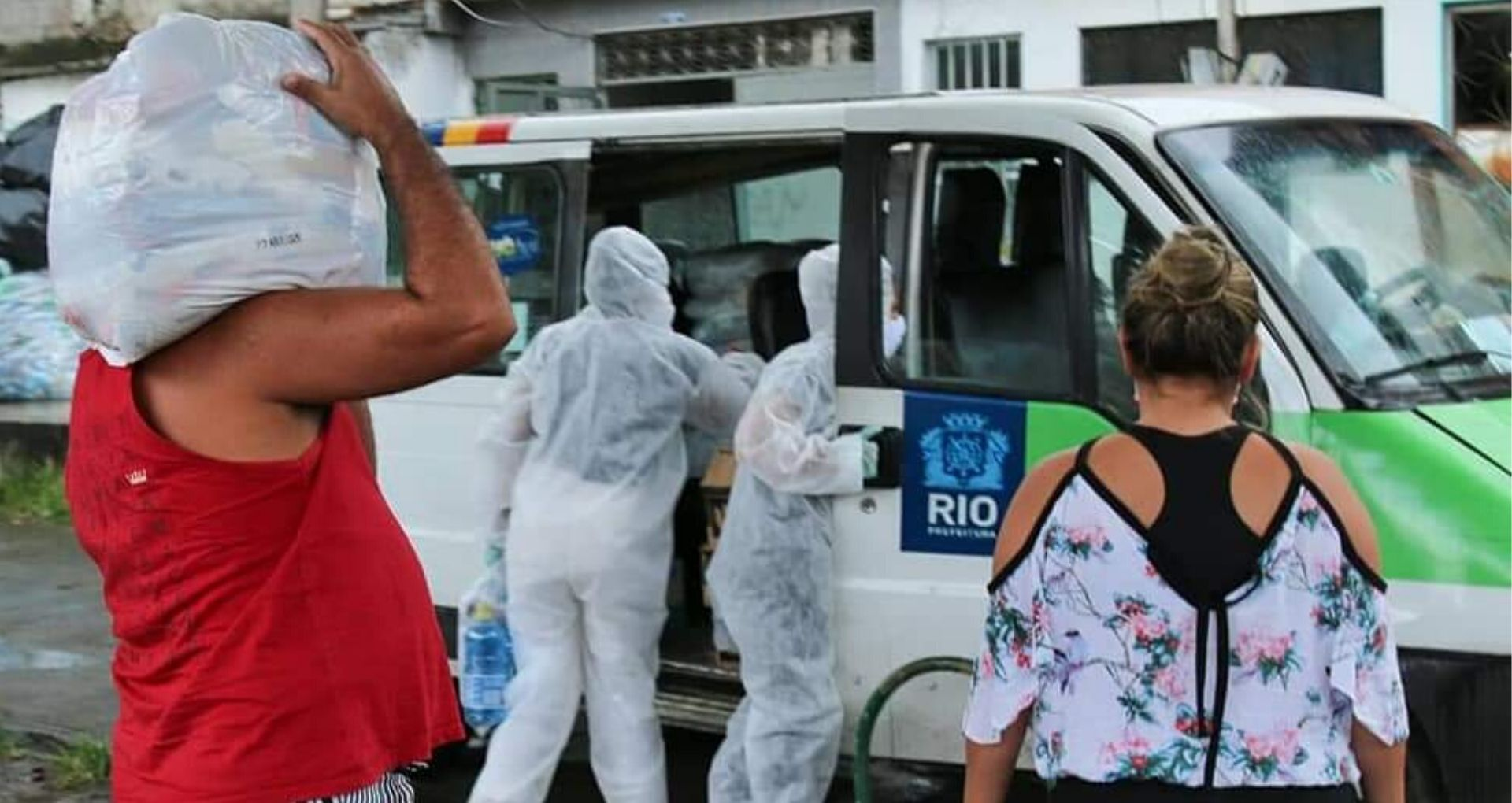 Voluntários da Frente de Mobilização da Maré em dia de entrega