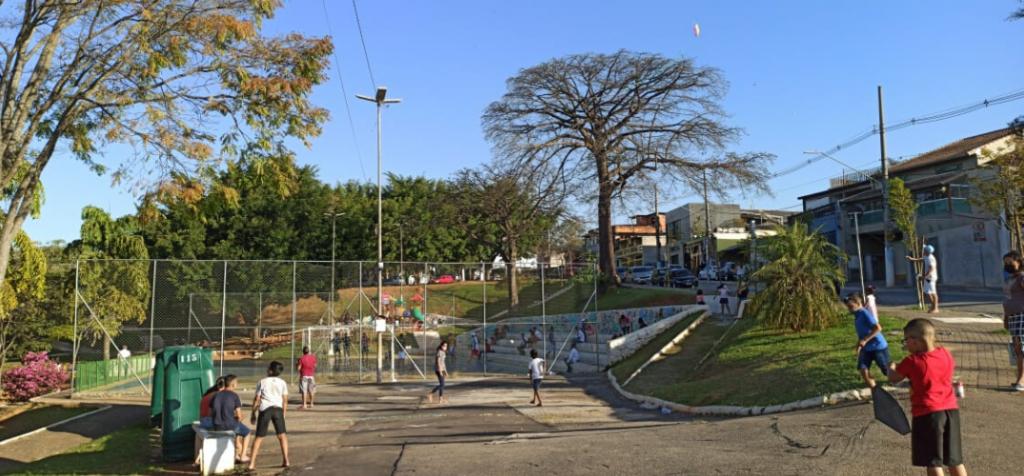 na reabertura, crianças brincam em praça pública da periferia de são paulo