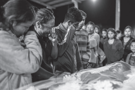 Na imagem, indígenas em velório de vítima da Covid-19. A 21ª edição aborda dificuldades na pandemia em relação aos povos indígenas, quilombolas, LGBTs e outras minorias
